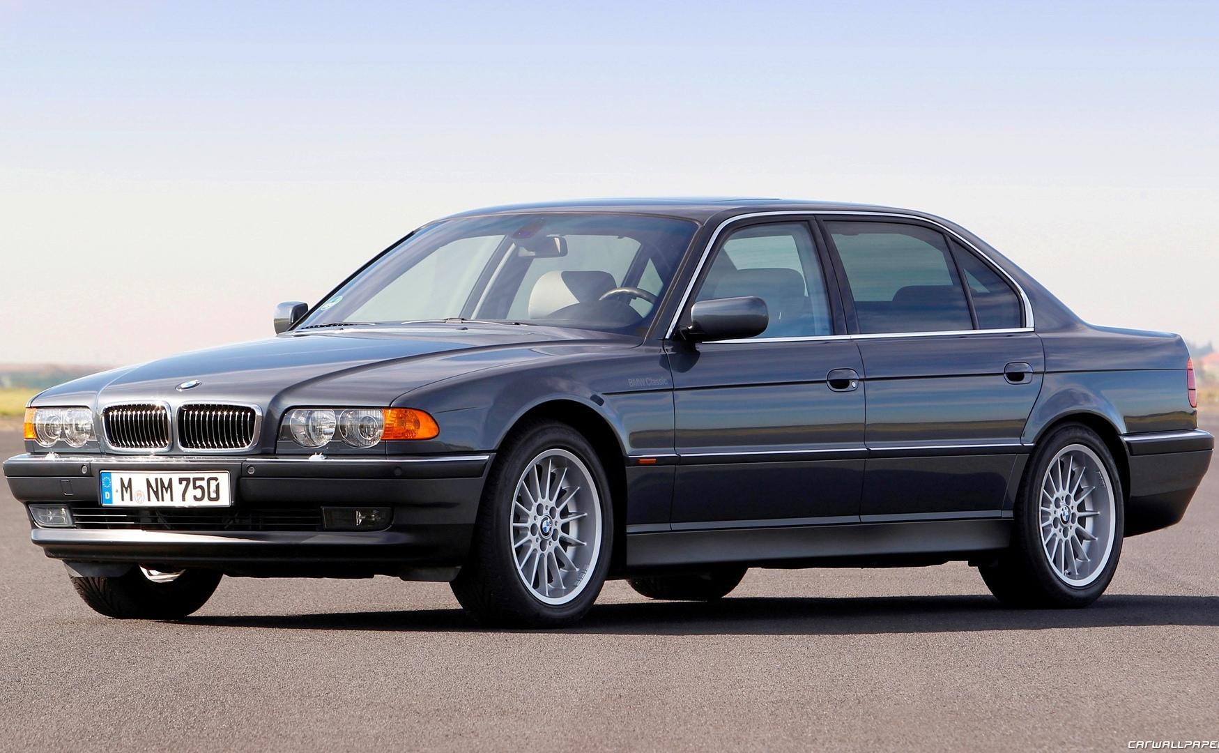Эволюция седана BMW 7-Series в одном видео