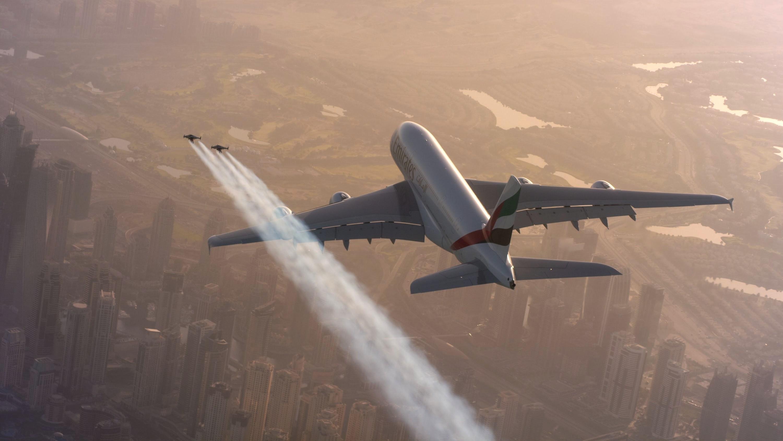 Emirates Airbus A380 & Jetman: экстремалы с реактивными ранцами пролетели в опасной близости от гигантского авиалайнера