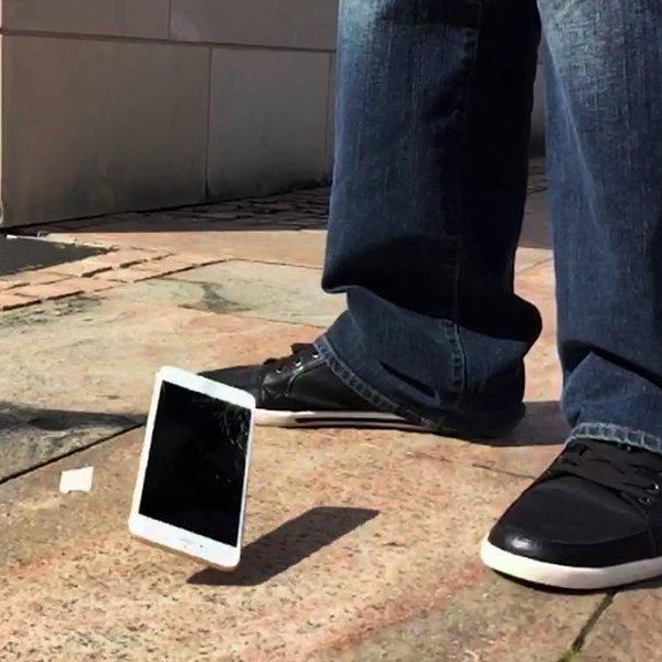 Великобритания,Motorola,Android,реклама,исследование,идея,концепт,дизайн,смартфон,поп-ультура, Физик объяснил, почему смартфон чаще всего падает экраном вниз